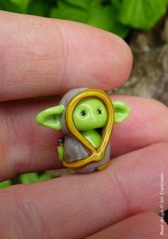Kleine Goblin-Baby in grauem Tuch Glasperle von Glaskralen auf Etsy Glass Bead Crafts, Glass Art, Fused Glass, Glass Beads, Beads Of Courage, Beads Pictures, Biscuit, Glass Animals, Bead Jewellery
