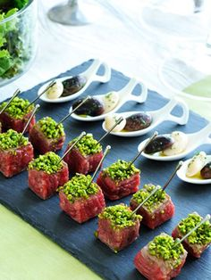 Recipe : Beaf Steak Bites with White Kidney Bean Dressing Tapas, Gourmet Recipes, Cooking Recipes, Steak Bites, Mini Foods, Appetizers For Party, Party Snacks, Food Presentation, Food Design