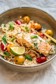 Culy Homemade: salmon curry with noodles and cherry tomatoes (Culy. Guacamole, Asian Recipes, Healthy Recipes, Fish Dinner, Light Recipes, Food Design, I Love Food, Food Photo, Food Inspiration