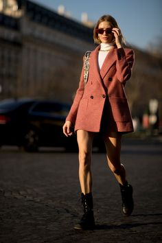 Attendees at Paris Fashion Week Fall 2019 - Street Fashion Fashion Week Paris, Street Fashion, Look Fashion, Autumn Fashion, Fashion Outfits, Fashion Trends, Autumn Street Style, Street Style Women, Use E Abuse