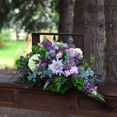 Dek. nagrobne Grave Flowers, Silk Flowers, Casket, Floral Arrangements, Greenery, Diy And Crafts, Artsy, Bloom, Plants