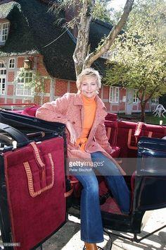 Claudia Jung (Sängerin, Schlagersängerin), ARD-Reihe Musik-Show 'Straße der Lieder' - 'Von Bremen nach Helgoland', Worpswede (Künstlerdorf bei Bremen), , vor dem 'Haus im Schluh' (Museum), Kutsche, Fachwerk-Haus, Promis, Prominente, Prominenter,