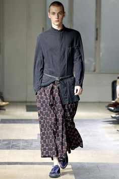 Yohji Yamamoto Spring 2012 Menswear - it is a pity that skirts for men simply don´t seem to establish themselves in western countries. I simply love the look.
