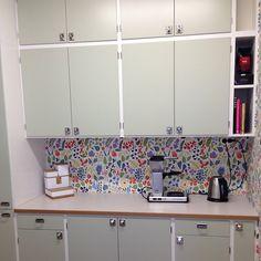 Här i kulören NCS Tickabeslag på… Vintage Kitchen, New Kitchen, Kitchen Dining, Kitchen Ideas, Interior Design Plants, Pretty Room, Retro Home, Kitchenette, Kitchen Cupboards