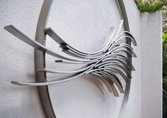 """Acero inoxidable jardín o patio / el exterior y la escultura al aire libre por el escultor Philip Melling titulado: """"Basilisco XI (acero inoxidable escultura de la pared del jardín) '- ilustraciones Ver 1"""