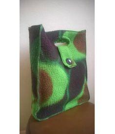Tas gemaakt van retro dralon dekens in typische jaren 70 print De afmeting van deze tas is 45-35-7,5 cm. Met een gevoerde binnenkant en een knoopsluiting aan de voorzijde.