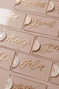 Fancy words (DIY Lettering) written in decorative letters have always been a stronger means of communication. Greeting cards, notebooks, company logos, wall decorations, t-shirt prints and cloth bags … It is possible to see this art everywhere. Wedding Place Cards, Wedding Places, Wedding Signs, Diy Wedding, Cricut Wedding, Place Card Calligraphy, Wedding Calligraphy, Wedding Stationery, Fancy Letters