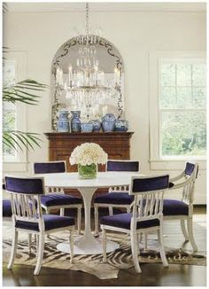 Navy, hydrangea blue Nd white dining room Modern Interior Design, Interior Design Inspiration, Eclectic Design, Dinning Room Tables, Dining Rooms, Saarinen Table, Beautiful Kitchens, Fine Dining, Colorful Interiors