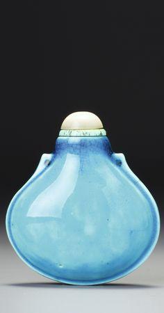 A turquoise porcelain 'purse' snuff bottle, Qing dynasty, Qianlong-Jiaqing period