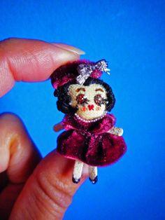 "Damita de los 50, muñeca de trapo miniatura 1 1/2"". 50¨s mini lady, 1 1/2"" miniature rag doll. By Georgina Verbena"