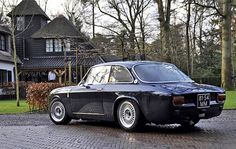 Alfa Romeo 1750 GTV. Ok so its not a stepfront, but the stance, the colour. Want!