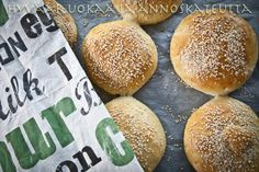 homemade hamburger buns by NYtimes (in finnish, but includes the original link) Homemade Hamburger Buns, Something Sweet, Sweet And Salty, Bread Recipes, Goodies, Food And Drink, Healthy Recipes, Healthy Food, Baking