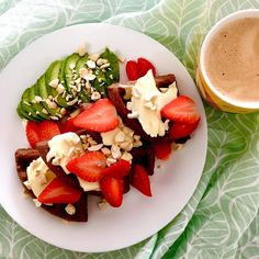 Lunch 😂 after pretty hard garden work: cacao peanut waffles with butter, cashews, avocado, cinnamon and strawberries, plus coffee with coconut milk / A včera po pořádné práci na zahradě pořádně energetický oběd 😜😋: kakaovo-arašídové vafle s máslem, kešu, avokádem, skořicí a jahodami a k tomu káva s kokosovým mlékem (nepočítám, ale odhaduju, že tohle byla slušná dávka tuků 😆) Caprese Salad, Cobb Salad, Waffles, Cinnamon, Strawberry, Butter, Lunch, Coffee, Food