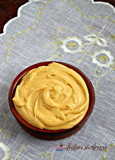 Cremă caramel cu mascarpone. O cremă deliciosă rezultată din combinarea sosului caramel cu brânza mascarpone. Cremă pentru torturi și prăjituri. Sweets Recipes, My Recipes, Cookie Recipes, Delicious Desserts, Yummy Food, Creme Caramel, Pastry Cake, Food Cakes, International Recipes