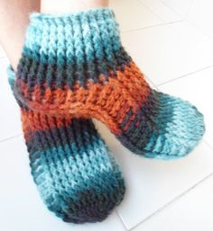 This Pin was discovered by Ana Crochet Slipper Pattern, Crochet Shoes, Knit Crochet, Knitted Slippers, Slipper Socks, Socks And Sandals, Yarn Projects, Loom Knitting, Bootie Boots