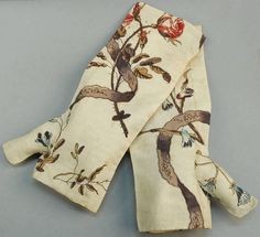 PRINTED COTTON SACQUE BACK GOWN and MITTS, FRENCH, 1750 - 1775. - Price Estimate: $1800 - $2200