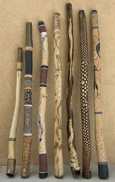 Afrika Deko im eigenen Wohnraum: ein Artikel für alle Afrika-Liebhaber Broom Handle Inspiration African Art Inspired Walking Sticks. These would be fun to make with the Grandkids. Paint or Woodburn. Painted Driftwood, Driftwood Art, Painted Wood, Walking Sticks And Canes, Walking Canes, Wooden Walking Sticks, Wood Sticks, Painted Sticks, Rain Sticks