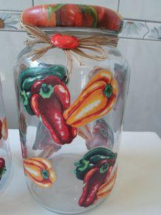 Kit com 2 potes com decoupage em tecido de pimentões e tomates.  Pote de vidro utilitário e decorativo com aplicação de decoupage e tampa de biscuit com decoupage.  O modelo do vidro é de palmito com a tampa de boca larga que mede 10 cm (a tampa é de metal).  O peso total dos vidros é de 2650g.