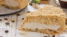 La sbriciolata al caffè è un dolce fresco, senza cottura, con una frolla a briciole che racchiude una farcia a base di caffè, mascarpone e panna montata.