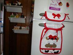 Par de toalhinhas com aplicações bordadas p/ porta da geladeira duplex, a partir de R$ 20,00 dependendo do tema do bordado e do tamanho. Pode ser feito combinando c/ o kit de cozinha.    Pode ser feito também apenas a parte de baixo e , neste caso, o valor é a partir de R$ 12,00 para a maioria dos temas. R$ 20,00