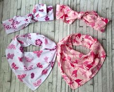 Resultado de imagen de BANDANA PARA CHUPETE BEBE CON MOLDE Baby Sewing Projects, Sewing For Kids, Bebe Baby, Baby Love, Baby Girl Car, Baby Clothes Patterns, Baby Kit, Cute Hats, Baby Design
