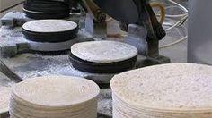 Důležité je, aby se těsto dobře kvedlačkou rozmíchalo a nachystalo nejlépe den předem.Na 8 dcl mléka se počítá 6 dcl mouky, trocha cukru, 2 lžíce másla, pro chuť trochu vanilky, skořice nebo pomerančové kůry. Oplatky se nechají rovné nebo se rychle stáčejí za horka. Homemade, Baking, Bakken, Bread, Hand Made, Backen, Diy, Reposteria