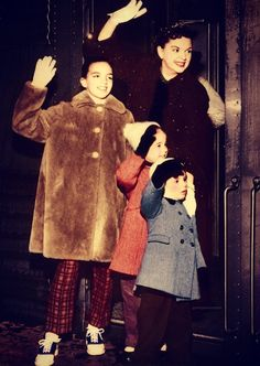 Judy Garland with her children Liza Minnelli, Lorna & Joey Luft. Hollywood Stars, Classic Hollywood, Famous Celebrities, Celebs, Judy Garland Liza Minnelli, Celebrity Siblings, Concert Stage, Mamas And Papas, I Movie