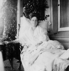 Empress Alexandra Feodorovna of Russia Belle Epoque, House Of Romanov, Alexandra Feodorovna, Bathing Costumes, Tsar Nicholas Ii, Grand Duke, Imperial Russia, Family Album, Beautiful Family