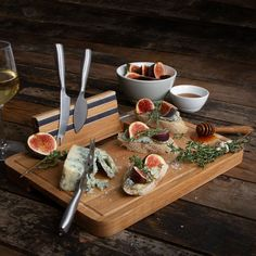 Cut and serve delicious tapas and cheeses on the Boska Holland® Party Cheese Board. Store the three stainless-steel knives in the handy storage compartment or use the magnetic strips provided. Party Drinks, Party Snacks, Charcuterie And Cheese Board, Cheese Boards, Types Of Cheese, Cheese Platters, Mini Foods, Serving Board, Mozzarella