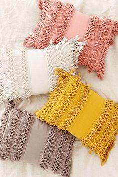 macramé-technique-housse-de-coussin-à-franges-couleur-rose-pastel-blanc-beige