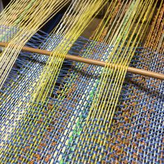 """""""Mi piace"""": 195, commenti: 11 - Hiromi Yoshino (@tibikinoko) su Instagram: """"さぁて、どう仕立て上がり イメージは固まってるので 後は縫う! #saori #saoriweaving #weaving #handweaving #さをり織 #手織り#handmade…"""""""