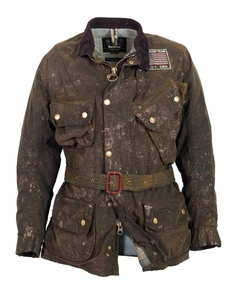 The Barbour MacGrain Waxed jacket is a version of an original 1964 ISDT team jacket as worn by Steve McQueen Barbour Steve Mcqueen, Steve Mcqueen Style, Barbour Motorcycle Jacket, Barbour Jacket, Belstaff Jackets, Rugged Style, Color Verde Militar, Style Brut, Team Jackets