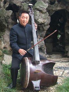 Diyingehu instrumento de cuerdas de música chino que es un equivalente al chelo.