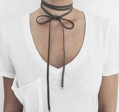 Schlichte Halskette mit Obermaterial aus Stoff und Design mit zwei Kordeln. Hier entdecken und shoppen: https://sturbock.me/9B9