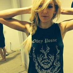 Ellie Goulding looks maje in her Obey vest. BTW it's available on ASOS, win! Shop the look here: http://asos.to/1nMMDha