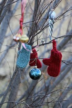 Itty Bitty Mitts ornaments on a loom by purlingsprite. Free pattern