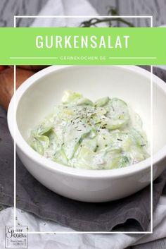 Gurkensalat ist unser Lieblingssalat. Schnell und einfach gemacht, ein wenig Schmand, Zwiebeln kleingemacht und fertig ist er. Und soll ich euch was verraten? Wir essen ihn total gerne mit Kartoffeln gematscht. Dazu noch Backfisch - herrlich.  #gurke #salat #cucumber #salad #zwiebel #onion #easy #cream #schmand