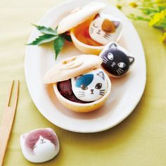Felissimo's DIY Japanese monaka (red bean wafer sandwich) kit comes with adorable cat marshmallows! Yum (๑´ڡ`๑) Marshmallow Treats, Red Beans, Bento, Afternoon Tea, Cute Cats, Tea Pots, Sandwiches, Tumblr, Sweets