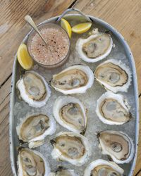 Oysters on the Half Shell with Ros The freshness of raw oysters is a terrific match for effervescent sparkling wine. To go with this rosé mignonette, pour a sparkling rosé like the wild strawberry–scented Raventós i Blanc de Nit Cava from Spain.