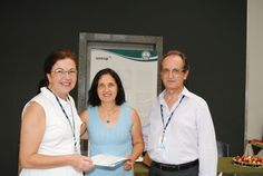 A servidora Atilana Maria Reis Andrade Fumes é homenageada pelos diretores da FMB.