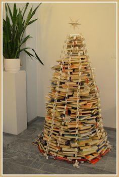 Tämä joulukuusi ei tarvitse kastelua, ei tuoksu, eikä tiputa neulasia. Mutta kirjoja pitäisi olla satoja ja sen tekijällä muototaju...
