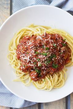 Slow Cooker Spaghetti Sauce Recipe - a thick and meaty spaghetti sauce made easy in your crockpot! Slow Cooker Spaghetti Sauce, Spaghetti Squash, Slow Cooker Recipes, Crockpot Recipes, Healthy Recipes, Pasta Recipes, Cheap Clean Eating, Clean Eating Snacks, Tomatoes