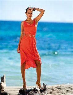 Strandkleid von FÜRSTENBERG, Kettengürtel mit grossen Ringen, Sandalette mit hohem Absatz