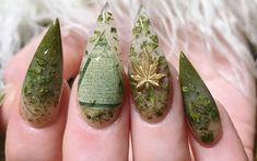Con una técnica que permite encapsular algunas hojuelas de marihuana sobre acrílico, podrás tener una manicure como ninguna otra.