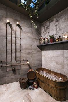 Salle de bains avec carrelage Petitot - Fabuloft - Cersaie 2015 Novoceram - #WeLoftYou #salledebain #baignoire #tuyau #verrière #ceramique #carrelage #bulle #industriel http://www.novoceram.fr/blog/scenographies/fabuloft