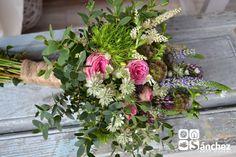 Atado silvestre de rosa, escabiosa, lavanda, verónica, astrantia y eucalipto