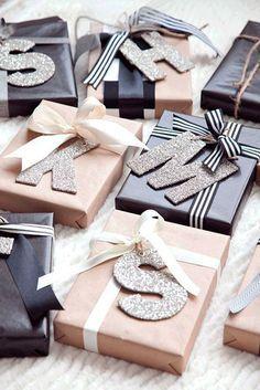 Diy Geschenk Basteln - 21 Christmas Gift Wrapping Ideas That Make Anyone Look Like a Decorati. Diy Geschenk Basteln - 21 Christmas Gift Wrapping Ideas That Make Anyone Look Like a Decorating Profess. Cute Gift Wrapping Ideas, Elegant Gift Wrapping, Present Wrapping, Creative Gift Wrapping, Christmas Gift Wrapping, Diy Christmas Gifts, Creative Gifts, Christmas Decorations, Gift Wrapping Ideas For Birthdays