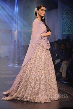 Sonam Kapoor showcased creations by designers Shyamal and Bhumika at the India International Jewellery Week Sonam Kapoor, Pakistani Bridal, Indian Bridal, Indian Attire, Indian Wear, Pakistani Outfits, Indian Outfits, Ethnic Fashion, Asian Fashion