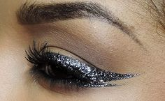 The year is coming to an end and everywhere you look there is sparkle and sequins, even on this Cat eye! follow these steps and light up the night.