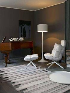 Poltrona e lampadario total white per un confortevole angolo lettura in soggiorno